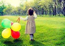 Niño con los globos imagen de archivo