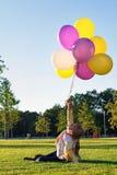 Niño con los globos coloridos Fotos de archivo libres de regalías