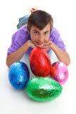 Niño con los huevos de Pascua coloridos Foto de archivo