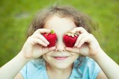 Niño con los ojos de la fresa Fotos de archivo
