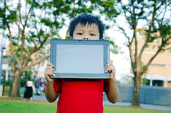 Niño con los ordenadores portátiles Imagen de archivo