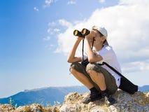 Niño con los prismáticos Foto de archivo