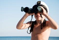 Niño con los prismáticos al aire libre imágenes de archivo libres de regalías