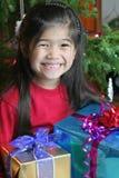 Niño con los regalos de Navidad Foto de archivo