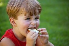 Niño con pan y mantequilla Foto de archivo libre de regalías
