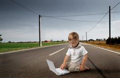 Niño con PC imagenes de archivo