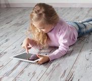 Niño con PC de la tableta Foto de archivo libre de regalías