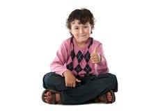 Niño con su dedo que dice OK Foto de archivo libre de regalías