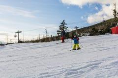 Niño con su padre en los esquís Fotografía de archivo libre de regalías