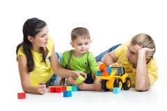 Niño con sus unidades de creación del juego de los padres Foto de archivo