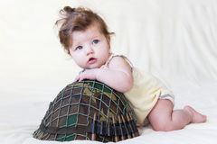 Niño con un casco militar Imagen de archivo libre de regalías
