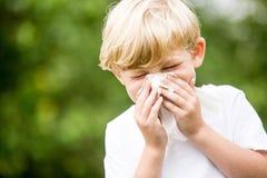 Niño con un estornudo frío fotos de archivo libres de regalías