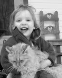 Niño con un gatito Fotos de archivo