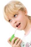 Niño con un inhalador, el tratamiento de la tos Foto de archivo