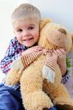 Niño con un juguete suave fotografía de archivo