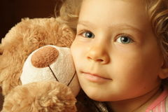 Niño con un oso de peluche imagenes de archivo