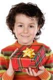 Niño con un rectángulo de regalo Imagenes de archivo