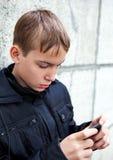 Niño con un teléfono Imagen de archivo
