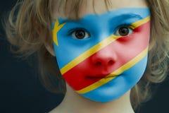 Niño con una bandera pintada del Kongo democrático imagen de archivo
