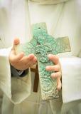 Niño con una cruz Fotografía de archivo libre de regalías