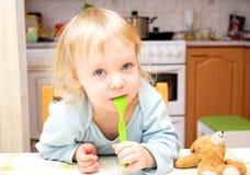 Niño con una cuchara Imagen de archivo libre de regalías