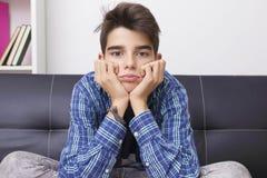 Niño con una expresión del aburrimiento o del cansancio foto de archivo libre de regalías