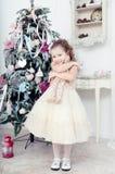 Niño con una liebre del juguete Fotos de archivo libres de regalías