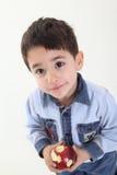 Niño con una manzana Fotografía de archivo