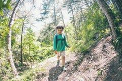 Niño con una mochila en el bosque Foto de archivo