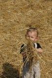 Niño con una paja. Fotografía de archivo libre de regalías