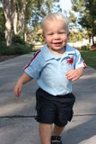 Niño corriente en el camino Fotos de archivo