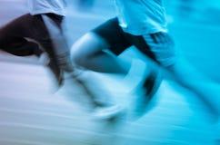 Niño corriente en pista del deporte Fotos de archivo libres de regalías