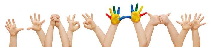 Niño creativo en una muchedumbre de niños Imágenes de archivo libres de regalías