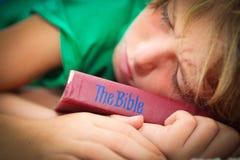 Niño cristiano con la biblia Foto de archivo libre de regalías