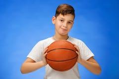 Niño de 11 años adorable del muchacho con la bola del baloncesto Imágenes de archivo libres de regalías