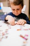 Niño de 2 años que soluciona el rompecabezas Imágenes de archivo libres de regalías