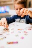 Niño de 2 años que soluciona el rompecabezas Fotos de archivo libres de regalías
