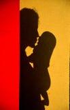 Niño de abarcamiento de la madre Fotografía de archivo libre de regalías