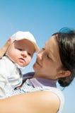 Niño de abarcamiento de la madre Fotos de archivo
