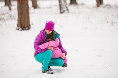 Niño de amamantamiento al aire libre Fotografía de archivo libre de regalías