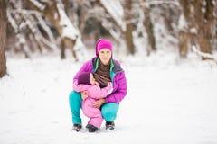 Niño de amamantamiento al aire libre Foto de archivo libre de regalías