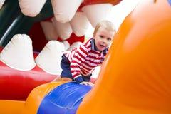 Niño de cuatro años que juega en un trampolín Fotografía de archivo