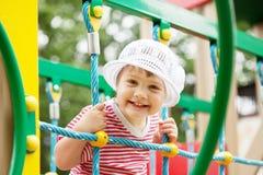 Niño de dos años feliz en área del patio Fotografía de archivo libre de regalías