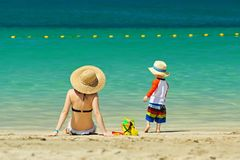Niño de dos años que juega con la madre en la playa Fotos de archivo libres de regalías