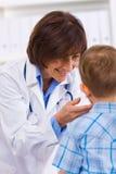 Niño de examen del doctor Imágenes de archivo libres de regalías