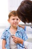 Niño de examen del doctor Imagenes de archivo