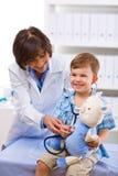 Niño de examen del doctor Foto de archivo libre de regalías