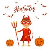 Niño de Halloween en el traje rojo del diablo con las calabazas Imagen de archivo