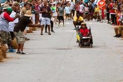 Niño de la alegría de la gente que compite con en la caja Derby Car del jabón Fotos de archivo