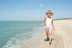 Niño de la belleza en el mar Fotografía de archivo
